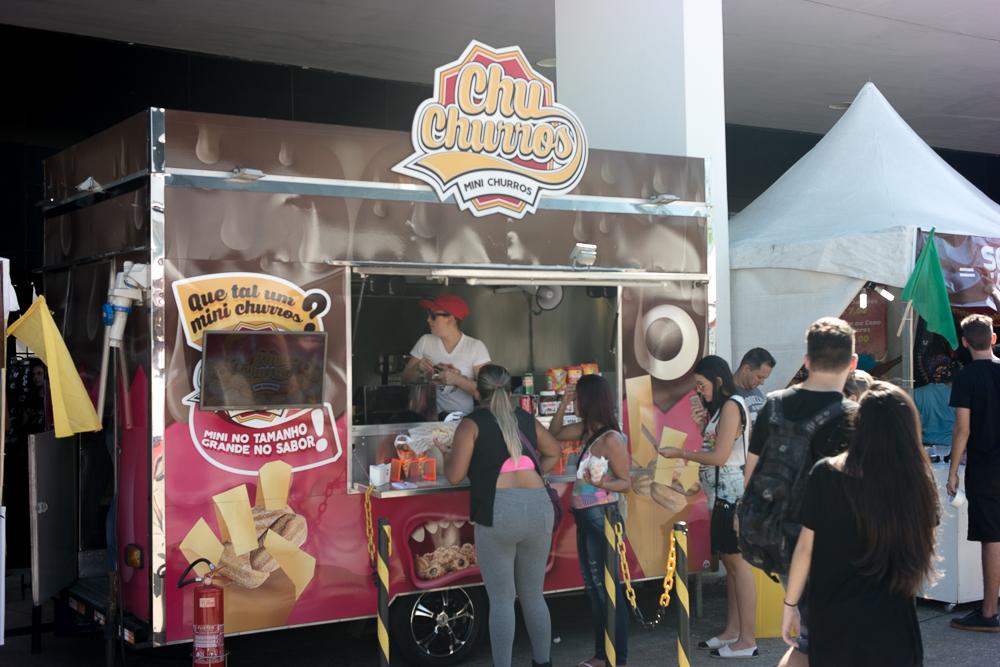 CHURROS. São vários food trucks no espaço de fora do memórial, ou seja, você não paga nada pra entrar e pode ir apreciar sem ter ido na exposição.