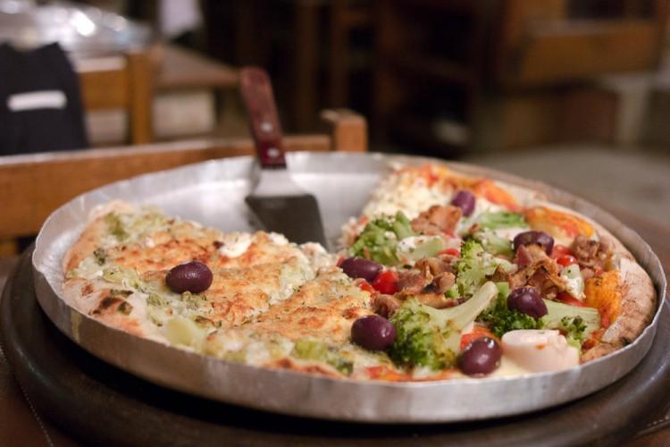 Pizza sabor Alho poró na esquerda e Da Nona na direita
