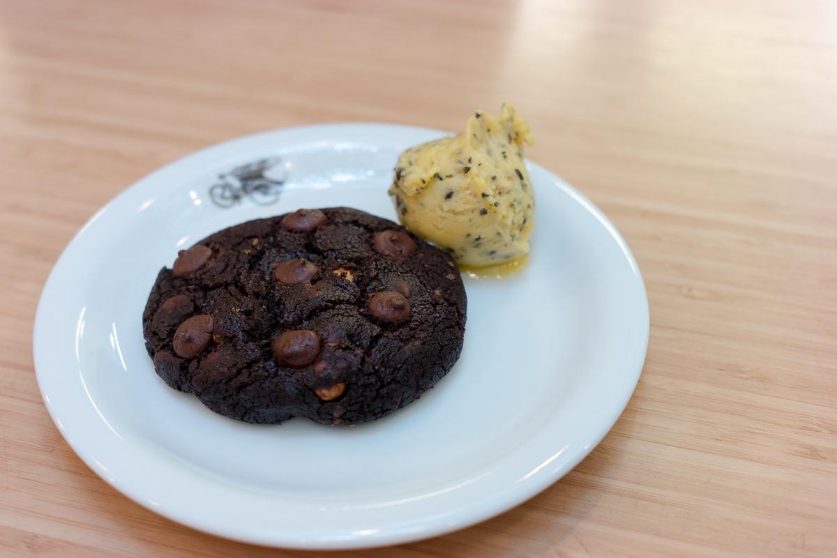 Cookie de chocolate com sorvete de maracujá
