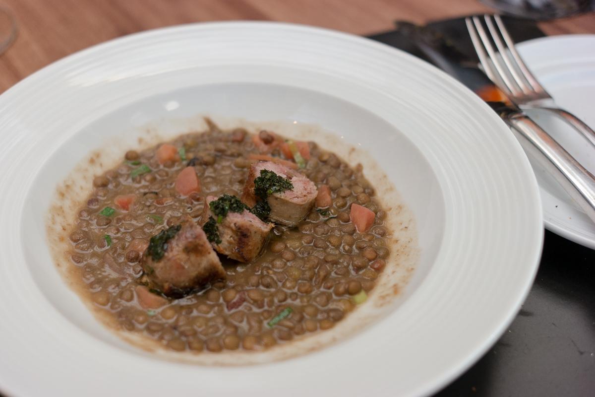 Linguiça artesanal com cozido de lentilhas