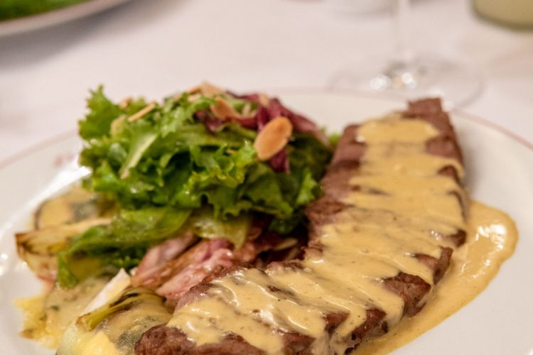 L'ENTRECOTE DE PARIS –  O famoso prato com saladas deliciosas!